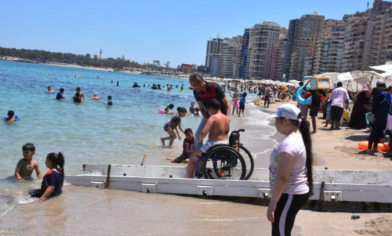 من ذوي الاحتياجات الخاصة .. شاطئ المندرة بالإسكندرية يستقبل 200 طفل